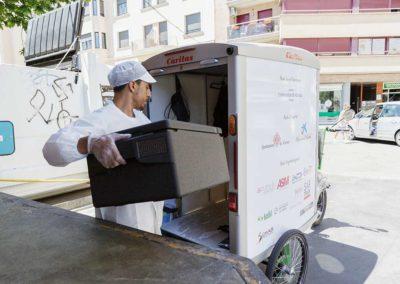 Trasllat de les minves del mercat del Lleó al centre de distribució d'aliments de Girona, a càrrec de l'empresa Ecosol.